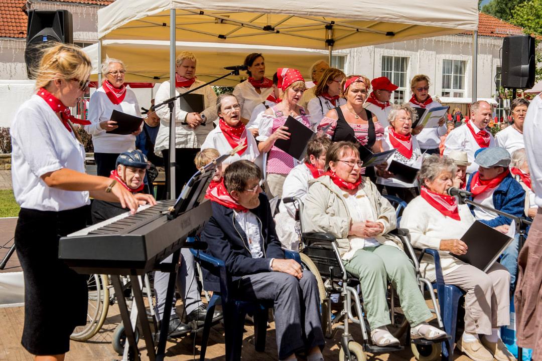 Der Stiftungschor Alberts fröhliche Stimmen beim alljährlichen Sommerfest.