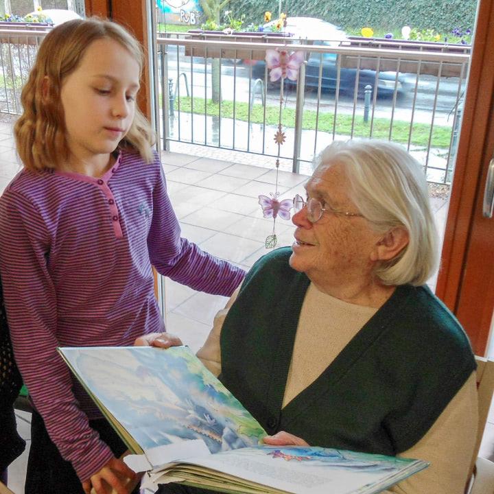 Schulkinder lesen gerne den Senioren vor.