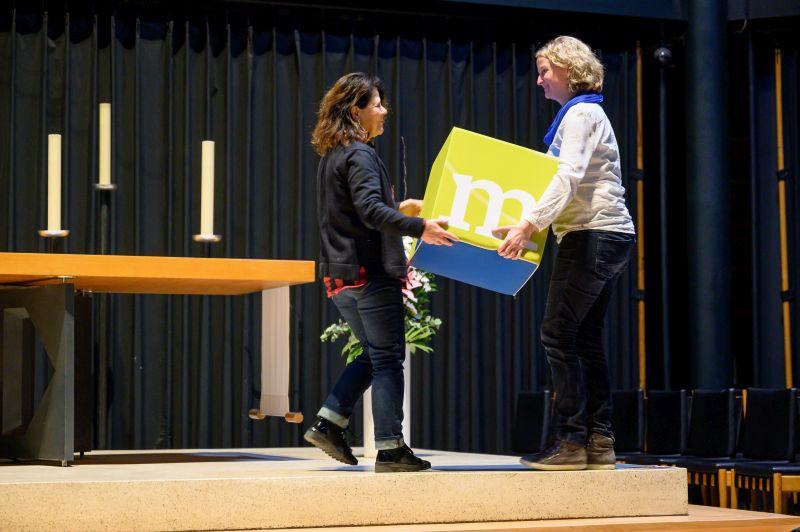 Hand in Hand auf der Bühne der Gedächtniskirche bei der Gedenkveranstaltung.