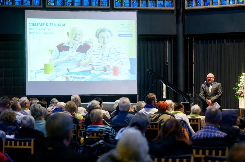 Jörg Schwarzer hält eine Rede.