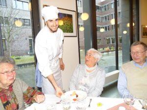 Auszubildende kochen für die Senioren des Hauses Kaysersberg