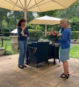 Frau Kolbe verabschiedet sich von Frau Müller