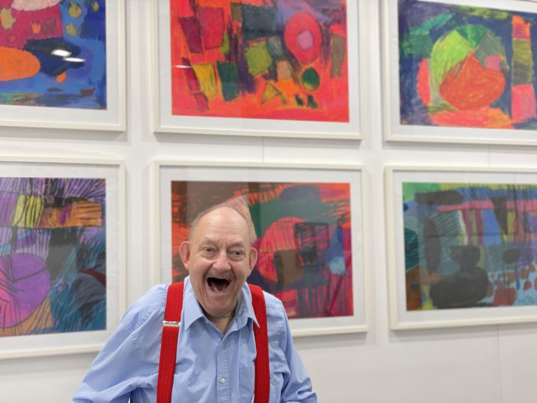 Nutzer Hort Schiele vor seinen Bildern.
